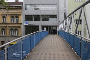 Lávka nad ulicí Koliště v Brně, kde muž pobodal ženu.