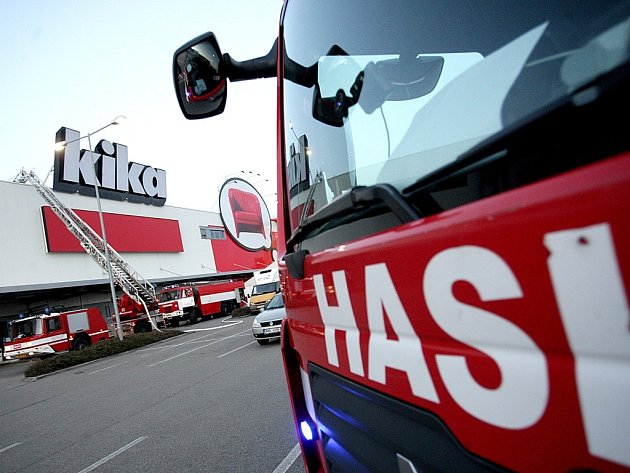 Hasiči zasahují u obchodního domu Kika v brněnských Modřicích.