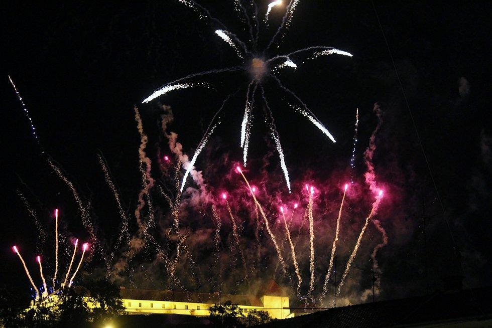 Ohňostrojný muzikál s názvem Óda na šťastný let měli možnost vidět lidé v sobotu večer na nebi nad hradem Špilberk.
