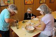 Žáci na brněnské základní škole Horní se učili připravovat zdravé svačiny. Projektový den byl součástí celorepublikové akce Pestrá strava. Na děti dohlížela výživová poradkyně.