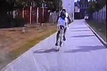 Cyklista prchal před hlídkou strážníků i po chodníku.