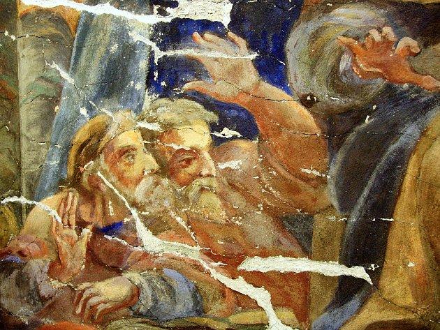 Dvacet metrů nad zemí na lešení pracuje šest restaurátorů na záchraně vzácné fresky zdobící kapli brněnského kostela svatých Janů v Minoritské ulici.