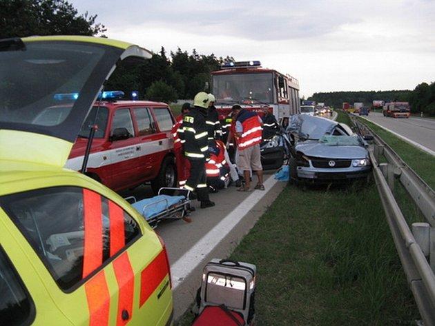 Řidiče zaklíněného v autě museli hasiči vystříhat