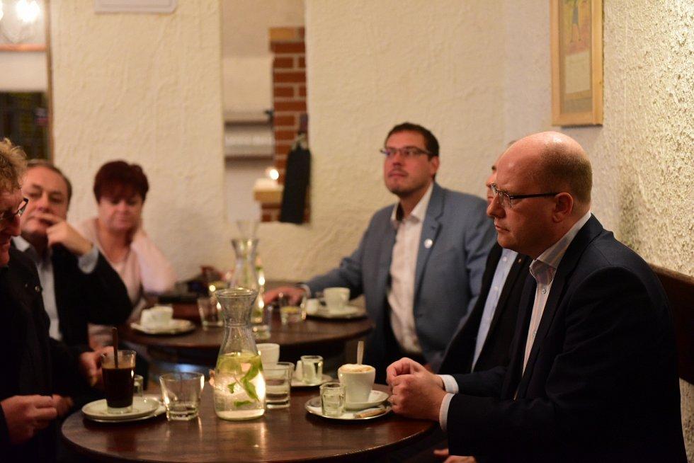 Lídři při debatě o nutnosti dopravních staveb na jižní Moravě. Většina se shodla, že to musí být priorita.