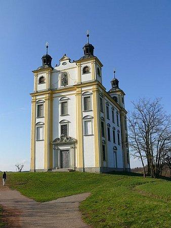 Poutní kaple svatého Floriána se tyčí vysoko na kopci nad Moravským Krumlovem a je od ní pěkný výhled na město.