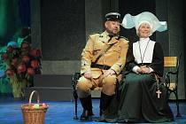 Opereta Mam´zelle Nitouche se odehrává ve třech naprosto rozdílných světech – v klášteře, divadle a kasárnách.