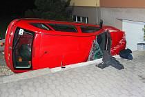 Opilý řidič převrátil v Kobylnicích auto na bok a narazil do rodinného domu.