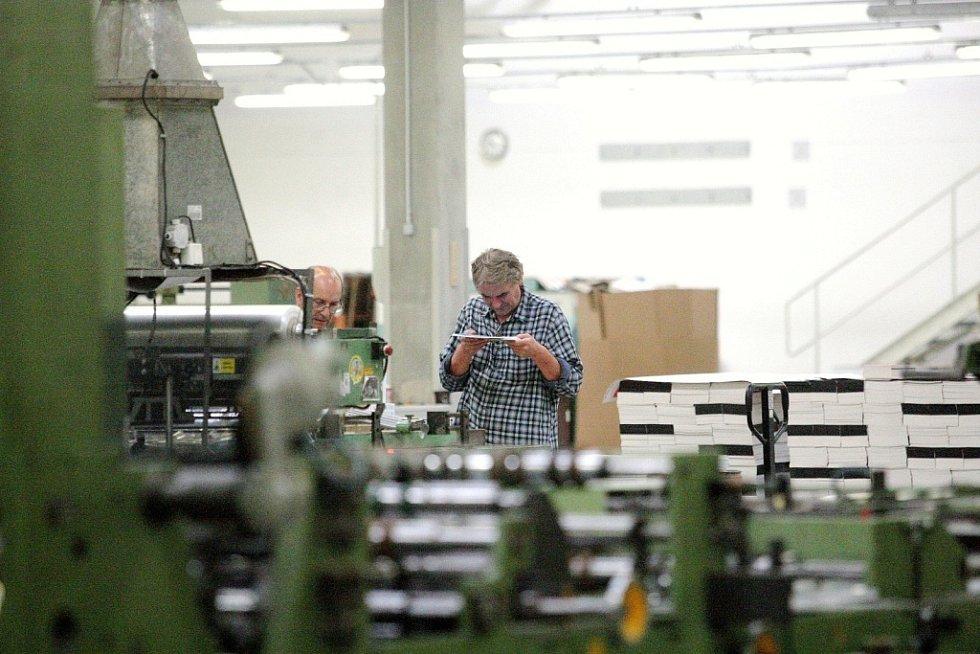 Společnost Papírny Brno má v Křenové ulici v Brně dvě hlavní výrobní haly. V jedné vznikají sešity a bloky. Ve druhé stroje vyrábějí záznamové knihy.