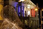 Teroristické útoky třináctého listopadu ochromily Paříž. Na připomínku obětí se poté brněnské instituce včetně Mahenova divadla zahalily barvou trikolóry.