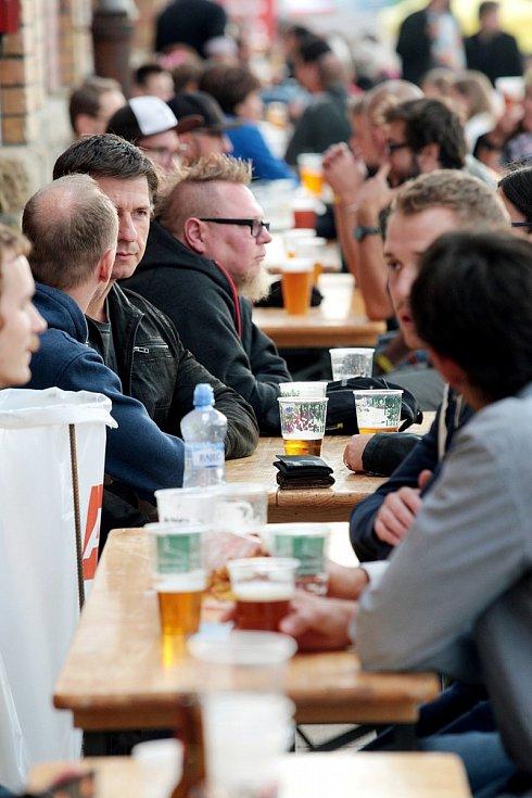 Ochutnávka piv ze třiadvaceti pivovarů v Malé Americe nalákala první den davy lidí.