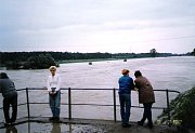 Rozvodněná Morava v Hodoníně u jezu a ve Veselí nad Moravou.
