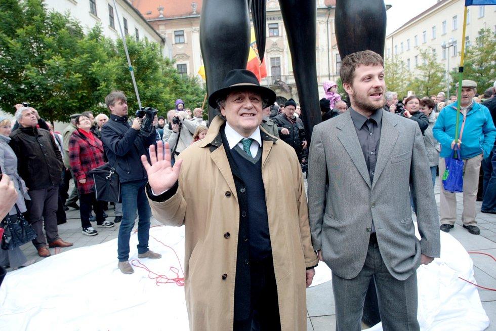 Pro jedny umělecké dílo, pro druhé žirafa. Brno ve středu oficiálně získalo další kontroverzní sochu. A sice na Moravském náměstí sochu Odvahy inspirovanou moravským markrabětem Joštěm Lucemburským. Její slavnostní odhalení sledovalo asi pět stovek lidí.
