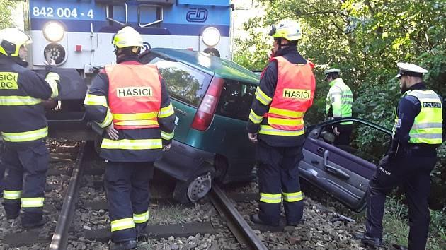 Osobní vlak srazil auto na železničním přejezdu v Ivančicích. Řidička vozu zemřela.