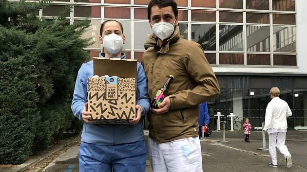 Zaměstnanci brněnských barů vyrábí štíty a vozí zaměstnancům nemocnic kávu i sladké pečivo.