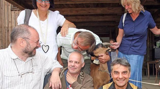 Režisér Vlastimil Peška připravuje ve westernovém městečku v Boskovicích nový film s názvem Westernstory. Hrát v něm budou Zedníček, Klepl, Kaplanová, Kubec, Havelka, koza Sára a další.