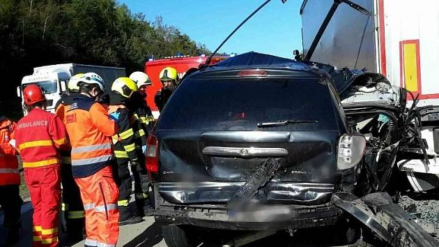Kvůli nehodě nemohli v pondělí od půl deváté projet řidiči po dálnici D1 170. kilometrem u Domašova ve směru na Prahu. Srazily se tam kamion, dodávka a osobní auto.