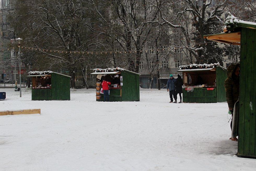 Moravské náměstí v Brně ve čtvrtek zasypal sníh.