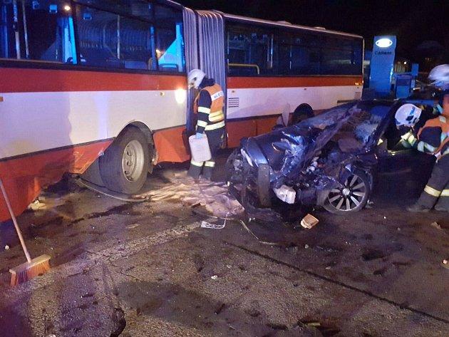 Při srážce linkového autobusu a osobního vozu v brněnských Židenicích se zranilo šest lidí.