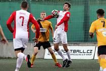 V Superlize malého fotbalu míří pražský úřadující šampion na hřiště vedoucího Brna (v červenobílém).