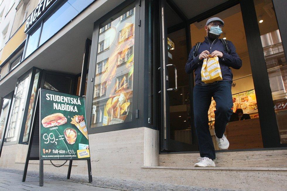 Studenti v Brně chybějí i provozovatelům rychlých občerstvení.