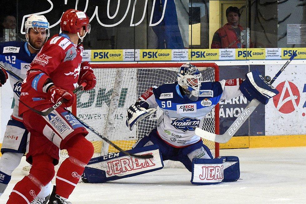 Kometa Brno (v bílém) porazila extraligového lídra Třinec 4:1 i díky parádnímu výkonu gólmana Karla Vejmelky.