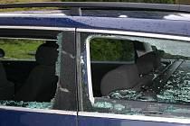 Majiteli auta způsobil vandal škodu za nejméně dvacet tisíc korun.