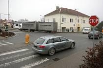 Řidiči na vedlejších silnicích mají problém dostat se na hlavní Masarykovu ulici v Rajhradě v křižovatce u městského úřadu. Místní si stěžují také na hluk.