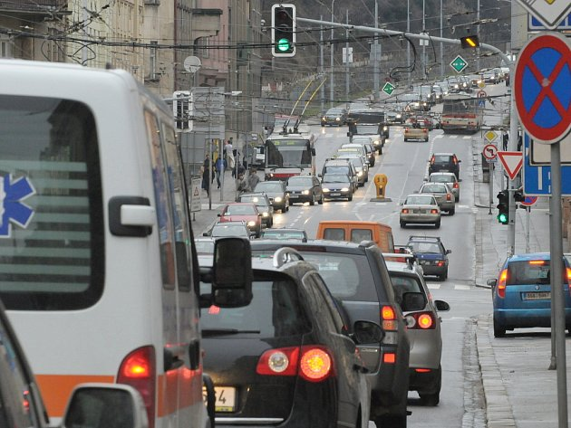 Dopravní komplikace v Brně v ulici Úvoz.