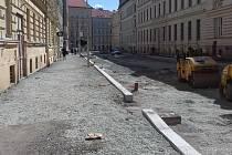 Z brněnské Gorkého ulice kvůli rekonstrukci zmizely stromy.