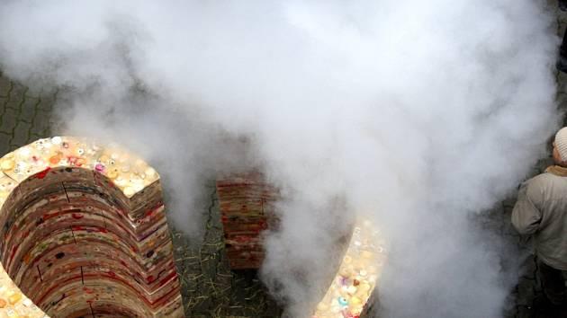 Slavnostní odhalení voskového srdce ze svíček zapalovaných na počest Václava Havla.