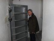 Na první pohled obyčejná budova v brněnské Merhautově ulici. Od ostatních se však liší. Jde o civilní kryt, jemuž je věnovaný další díl seriálu Deníku Rovnost Za zavřenými dveřmi.