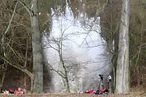 Kvůli hromadícím se krám se hasiči na řece Svratce u Tišnova rozhodli pro odstřel ledové bariéry.