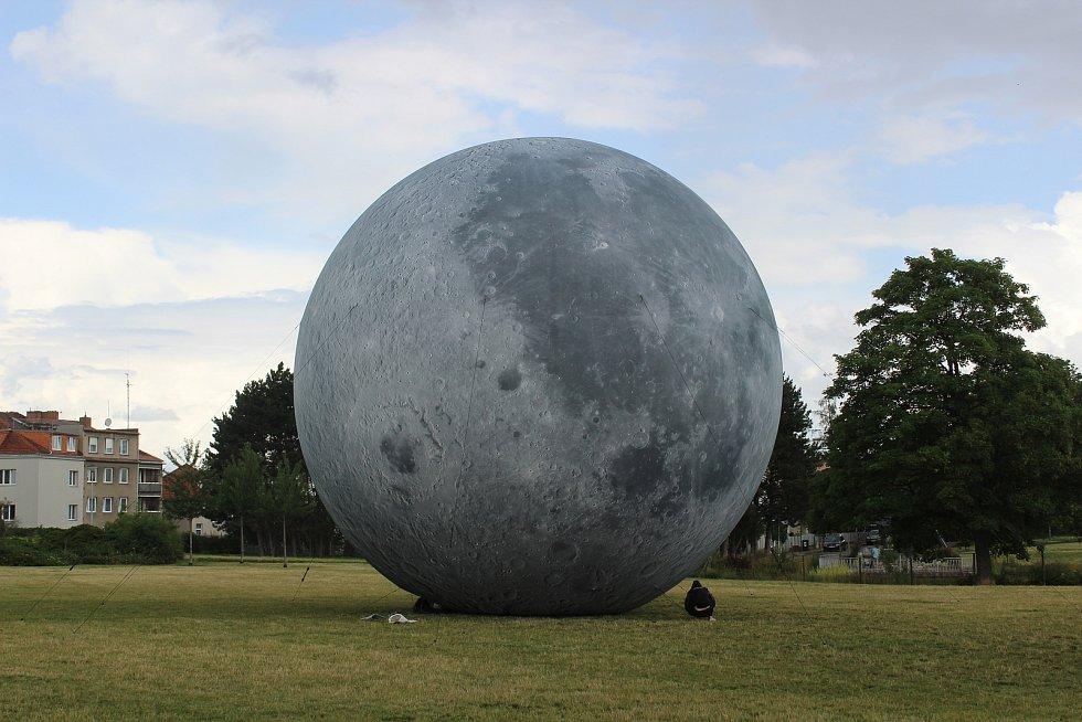 Desetimetrový model Měsíce - lunalón. Je v brněnském parku na Kraví hoře.