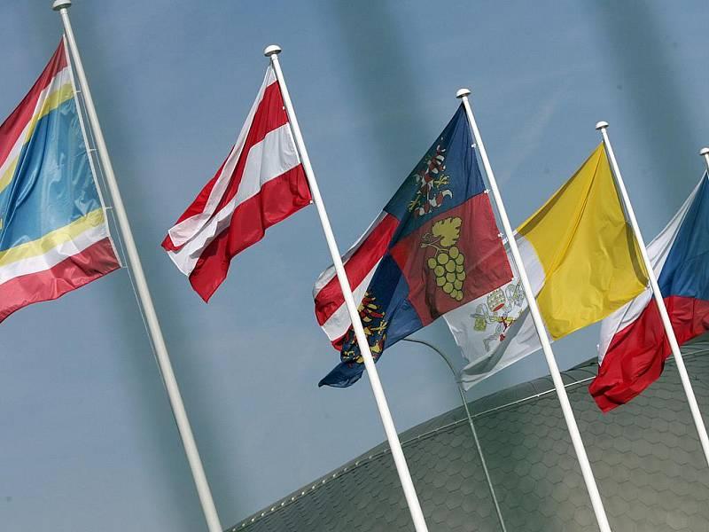 Vlajky na letišti.