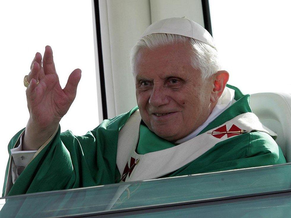 Papež Benedikt XVI. žehná davům poutníků.