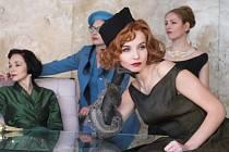 Některé scény doplňující divadelní inscenaci se natáčely v brněnské vile Tugendhat.