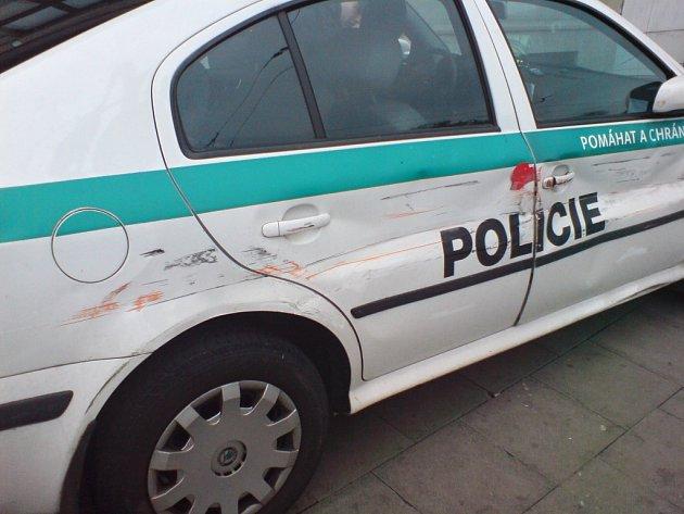 Poničené policejní auto.