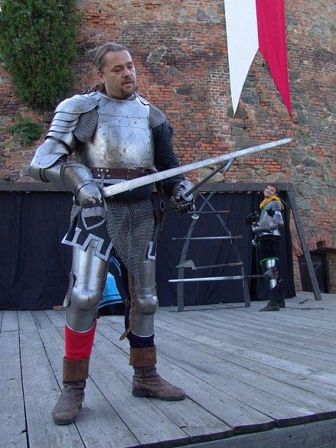 Rytíři a šermíři ze skupiny historického šermu Rex rozpoutají bitvu na Špilberku.