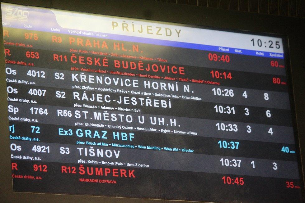 Rychlíky z Prahy a Českých Budějovic do Brna nabíraly kvůli popadaným stromům na koleje zpoždění. Podle tabule s příjezdy měl rychlík R9 z Prahy, který jede přes Vysočinu, zpoždění 60 minut. Zpoždění 80 minut měl rychlík R11 z Českých Budějovic, který jed