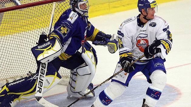 Hokejista Jozef Balej (vpravo) se vrací do brněnské Komety.