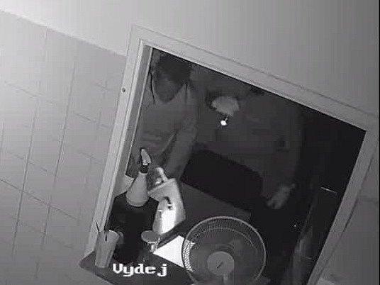 Po dvou zlodějích, kteří se vloupali do restaurace na Palackého třídě, pátrají královopolští policisté. Nyní žádají o pomoc s pátráním veřejnost.
