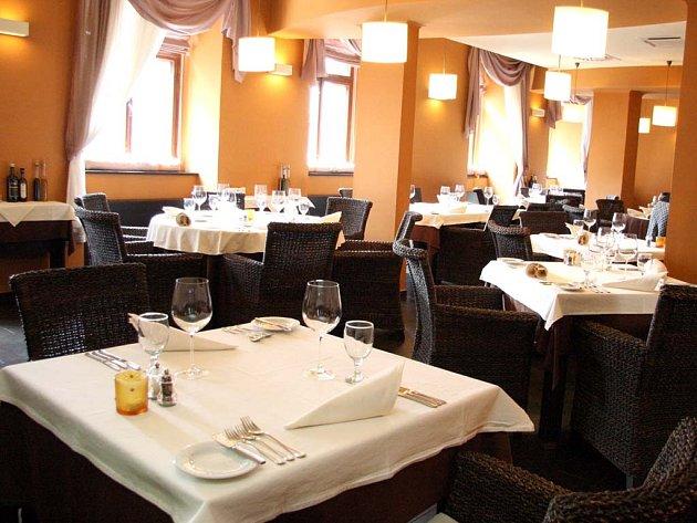 Prostřené stoly v restauraci Brabander na Pekařské ulici