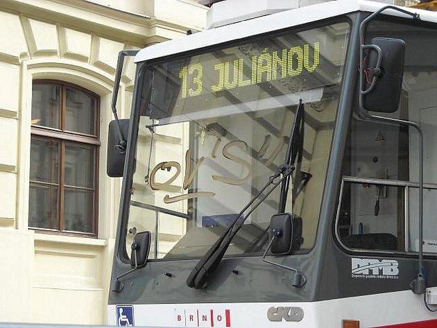 Opilý sperejr, který maloval na zadní sklo tramvaje, musel zaplatit způsobenou dvoutisícovou škodu.