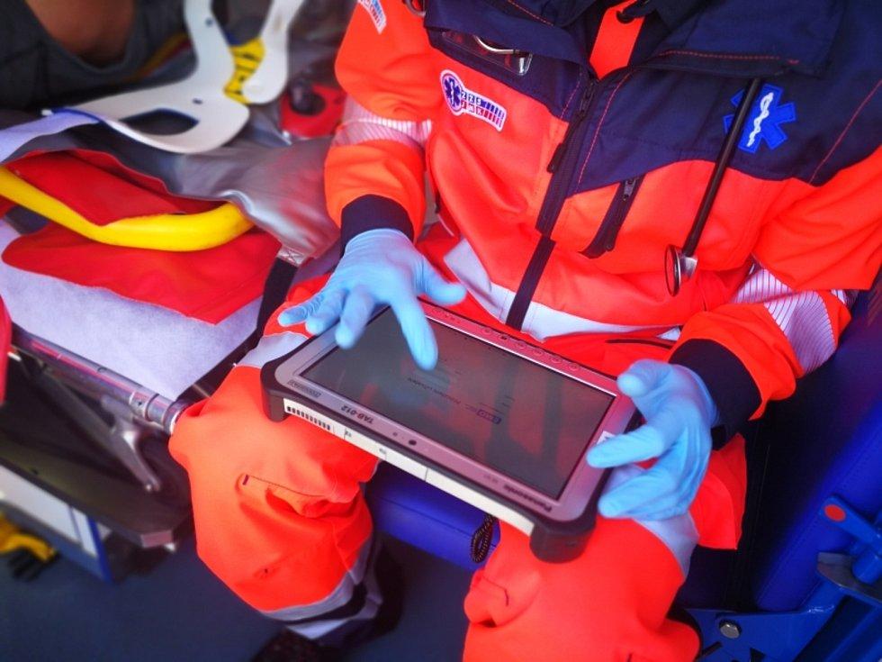 Záchranáři získali nové tablety a monitory životních funkcí.