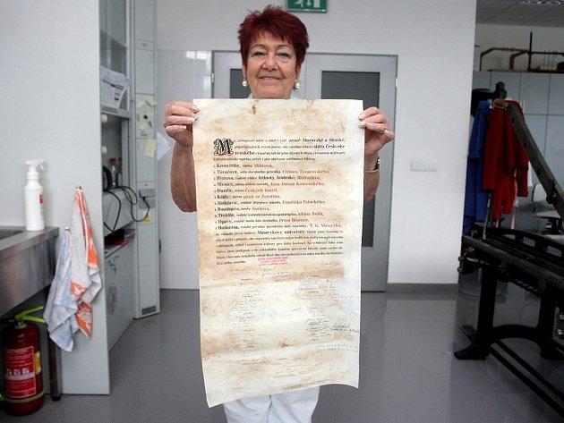 Zrestaurované zakládací listiny brněnské Masarykovy univerzity.