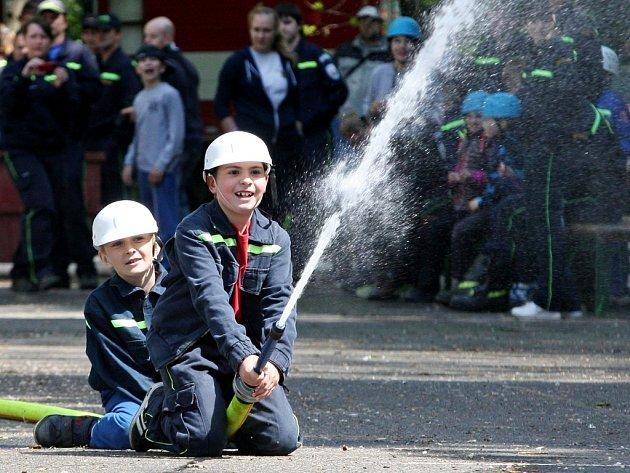 Chrlické náměstí hostilo o víkendu závody v hasičských dovednostech dětí i dospělých.