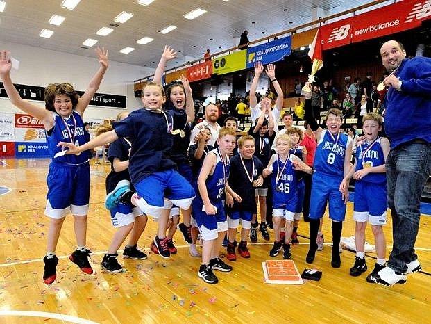V basketbalovém finálovém souboji smíšených týmů do jedenácti let zdolalo JBC Brno celek BA Sparta Praha po třetím prodloužení 81:79.