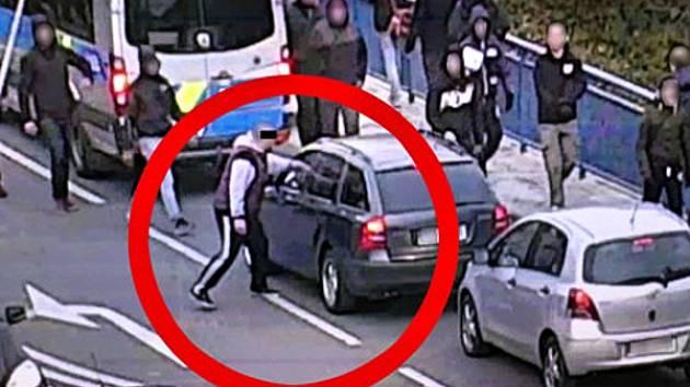 Brněnský fotbalový chuligán strhl řidiči šálu Zlína, policisté jej našli díky kameře.