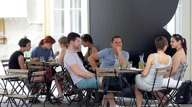 Restaurační zahrádka na dvoří Místodržitelského paláce na Moravském náměstí.