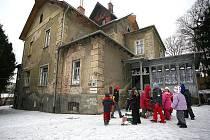 Zchátralost Arnoldovy vily, v níž sídlí od roku 1952 školka, je patrná na první pohled.